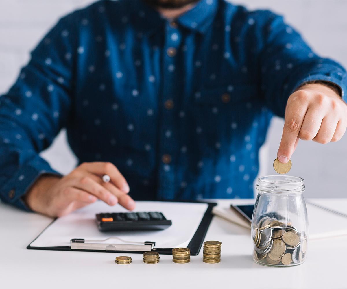 Absicherung-Erträge-Geld-Taschenrechner-Stift-Papier-Berechnung-Rücklage-Hemd-Blau-Hand-Münzen
