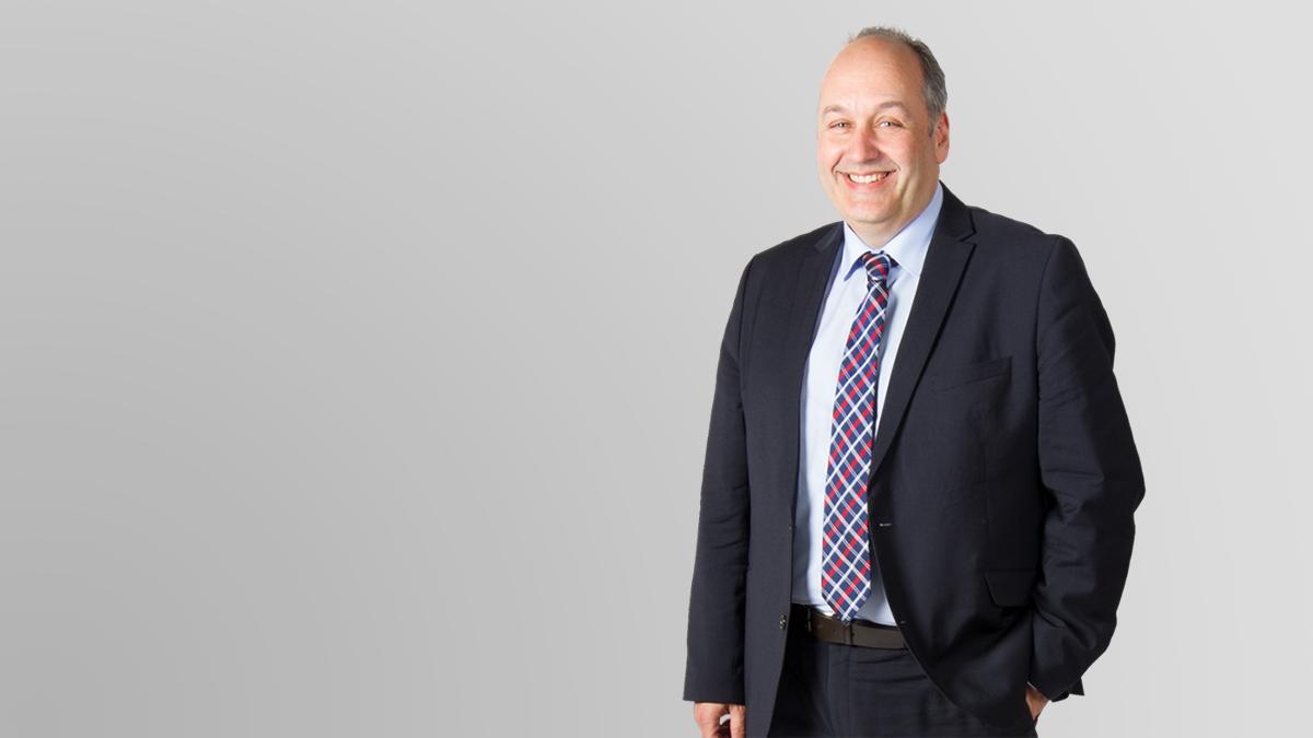 Stefan-E-Kamelski-Lachen-Anzug-Mensch-SMI-Gründer
