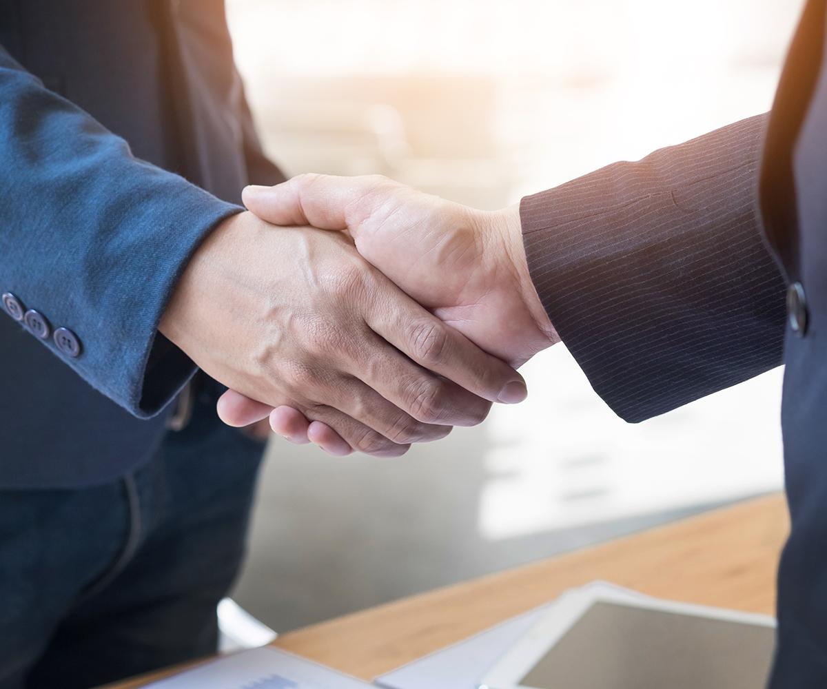 Absicherung-Rechtsschutz-SMI-Hand-Handschlag-Haende-Anzug-Partner-Gemeinschaft